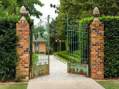 Gate Ajar